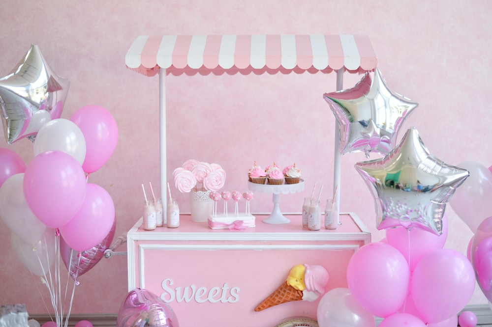 webbabyshower sip and see pink theme  with balloons, cupcake, lollipop on a stall